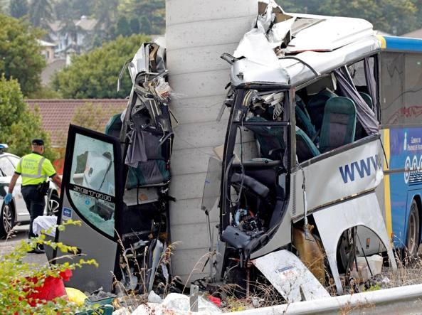 Ticinonline - Bus contro pilone, almeno quattro morti