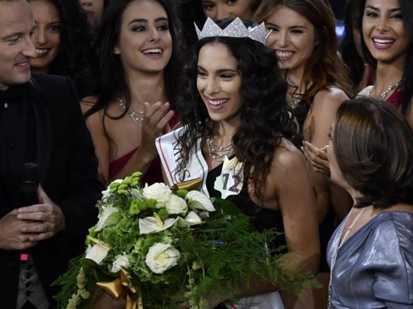 Spuntano foto osè, corona a rischio per nuova Miss Italia