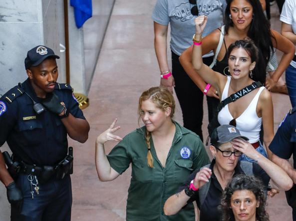 Caso Kavanaugh, proteste a Washington: fermate anche Emily Ratajkowski e Amy Schumer