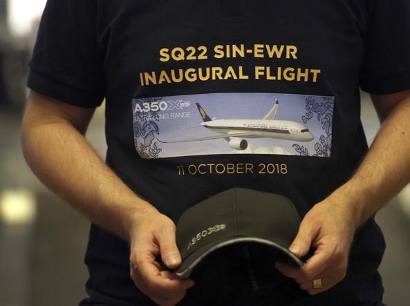 Un passeggero con una t-shirt celebrativa, all'arrivo dell'aereo negli Usa (Ap)