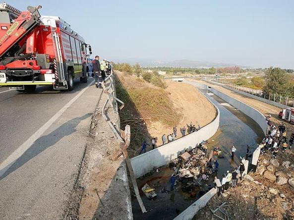 Turchia camion finisce in un fiume 15 migranti morti