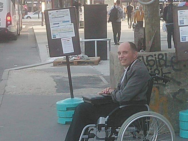 Autista del bus caccia i passeggeri che non fanno salire un disabile