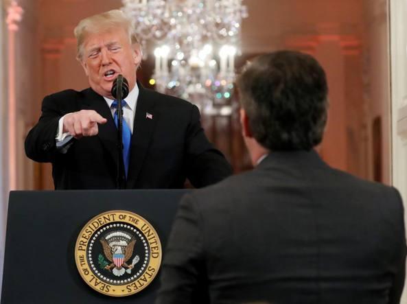 Scontro con Cnn, Trump manda via il corrispondente alla Casa Bianca