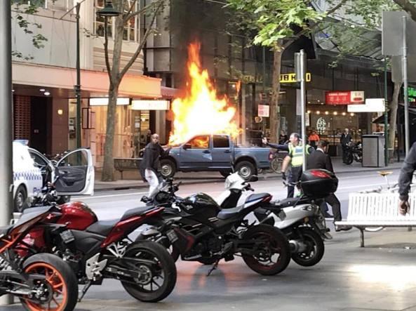 Dà fuoco alla sua auto e accoltella passanti: paura a Melbourne