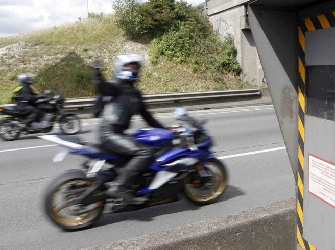 Offende l'autovelox: 20mila euro di multa a motociclista francese