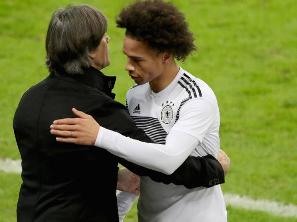 Il c.t. della Germania Joachim Low con Sané (Getty)