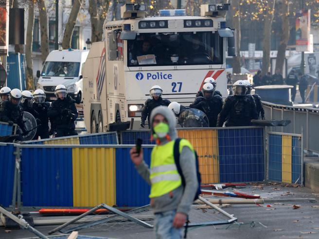 Parigi: 'gilet gialli' ancora in piazza, tafferugli con la polizia