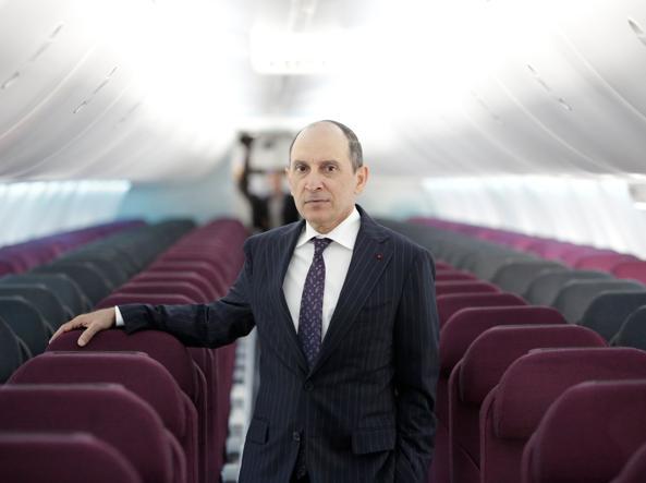 Akbar Al Baker, ad di Qatar Airways, dentro un Boeing 737 Max 8 di Air Italy