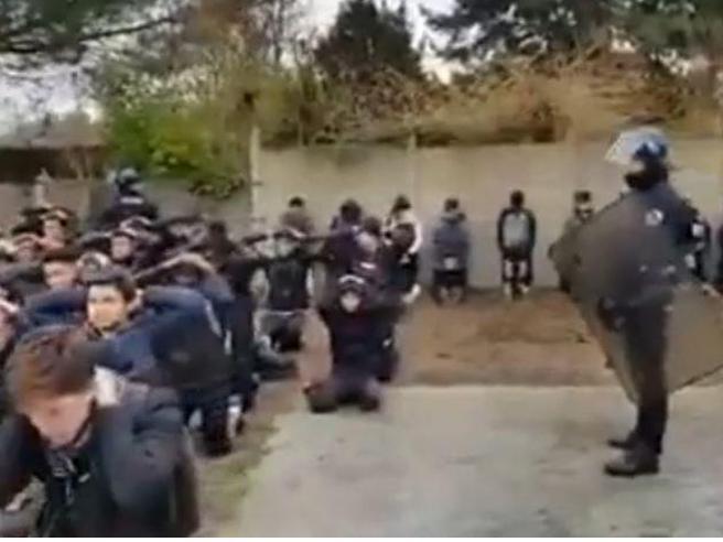 Violenza in Francia: liceali messi in ginocchio dalla polizia