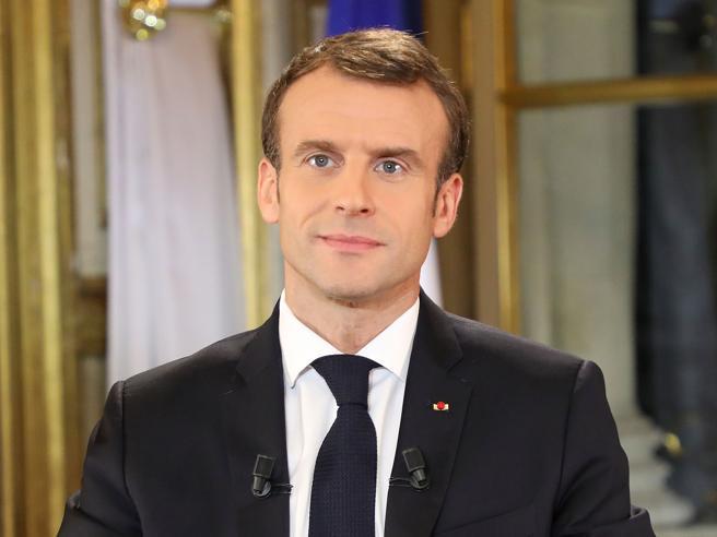 Proteste in francia Gilet gialli, Macron promette 10 miliardi