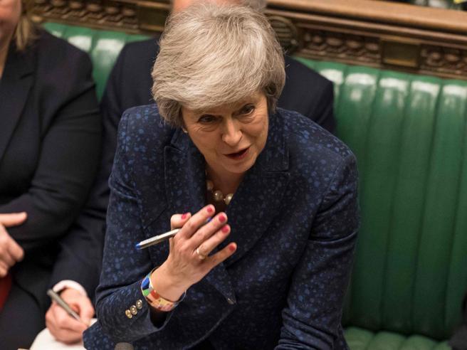 Brexit: May accerchiata, Juncker come Ponzio Pilato
