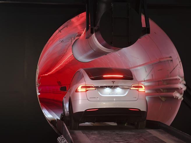 Elon Musk ha inaugurato il tunnel sotterraneo di Los Angeles