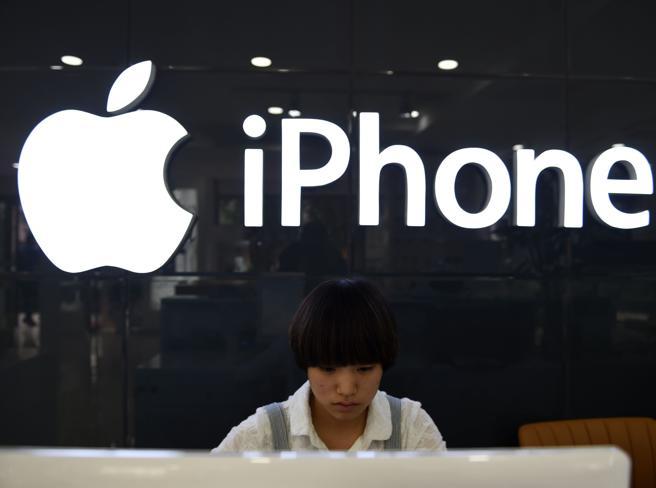 Apple cade a Wall Street, è la peggiore seduta da sei anni
