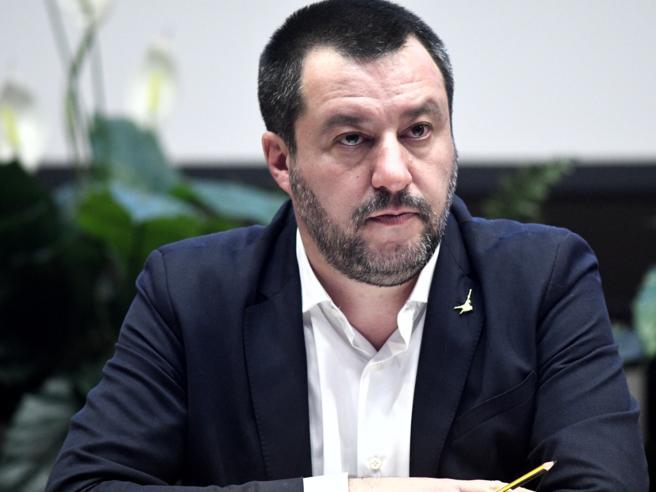 Sbarcano i migranti, Salvini contro Conte