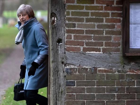 Brexit, May seppellita da valanga di voti: domani voto fiducia
