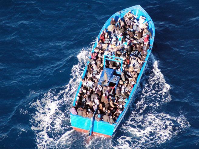 Un altro barcone alla deriva con 100 persone