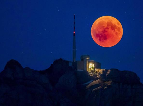 Tutti col naso all'insù all'alba di lunedì: arriva eclisse di Superluna rossa