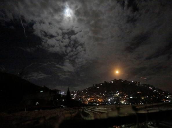 Israele ha bombardato diversi obiettivi militari iraniani in Siria