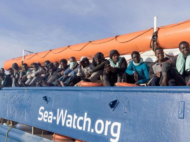 Sea Watch arrivata al Porto di Catania, sbarcano 47 migranti