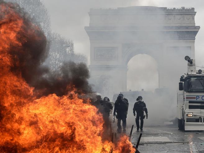Parigi, i gilet gialli devastano gli Champs Elysées e assaltano i negozi