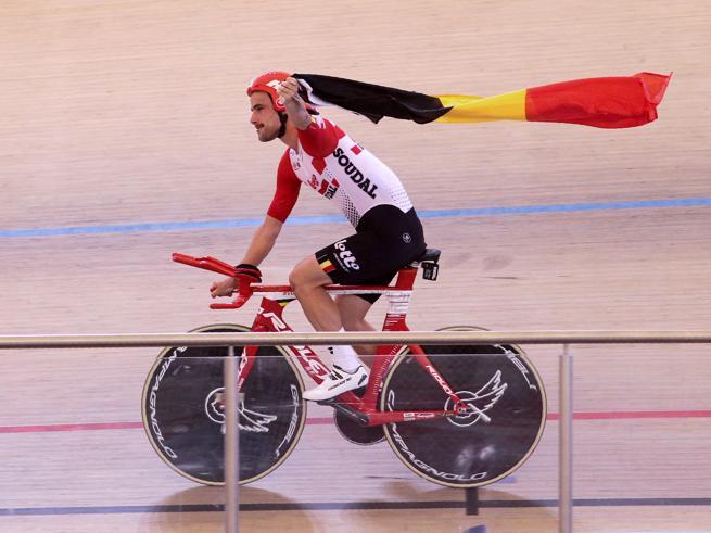 Ciclismo, Victor Campenaerts straccia il record dell'ora