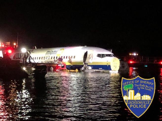 Florida, Boeing fuori pista finisce nel fiume: nessuna vittima, 21 feriti