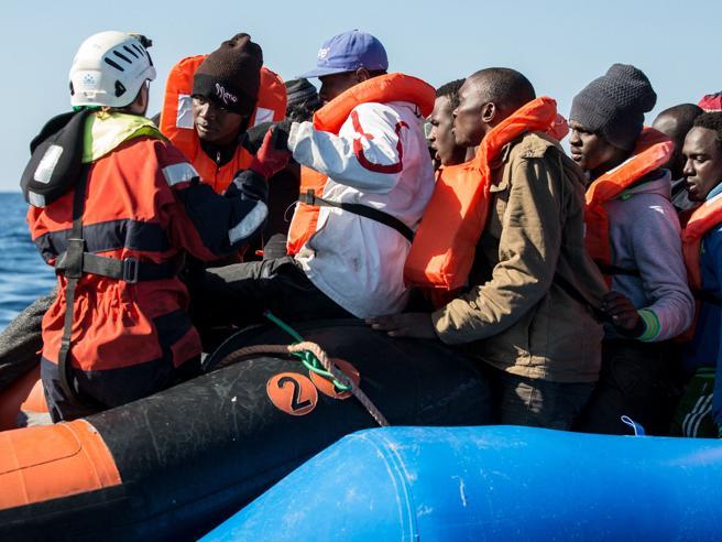 Nave della Marina ha soccorso un barcone con 40 migranti