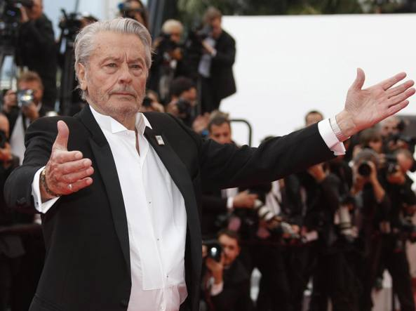 Cannes, il Festival omaggia Alain Delon. Sul red carpet splende Monica Bellucci