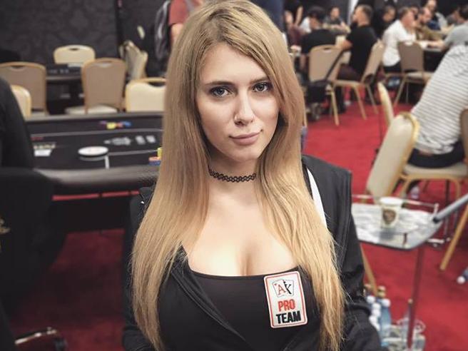 Tragedia a Mosca: 26enne star del poker online muore folgorata dall'asciugacapelli