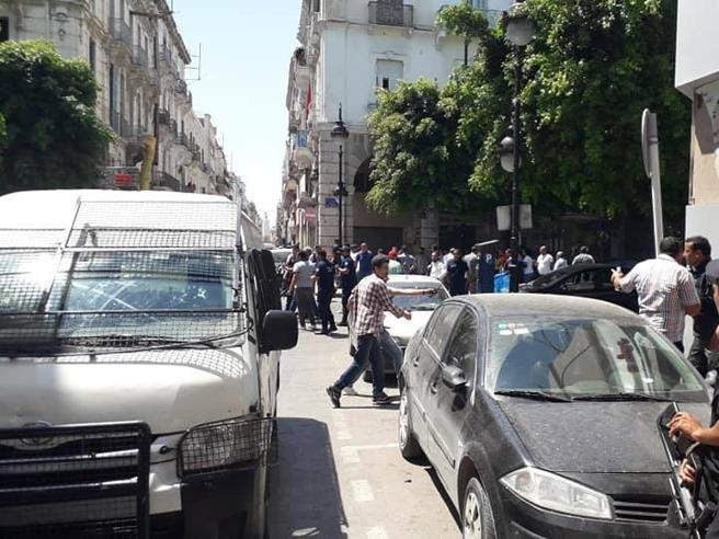 Attentato a Tunisi, due esplosioni in centro: un morto e feriti