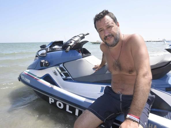 Polemiche per il figlio di Salvini su moto d'acqua della Polizia