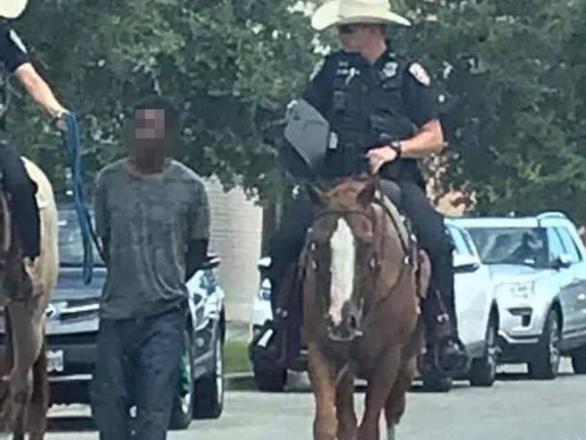 Texas 2019: polizia a cavallo trascina 'al lazo' afroamericano ammanettato