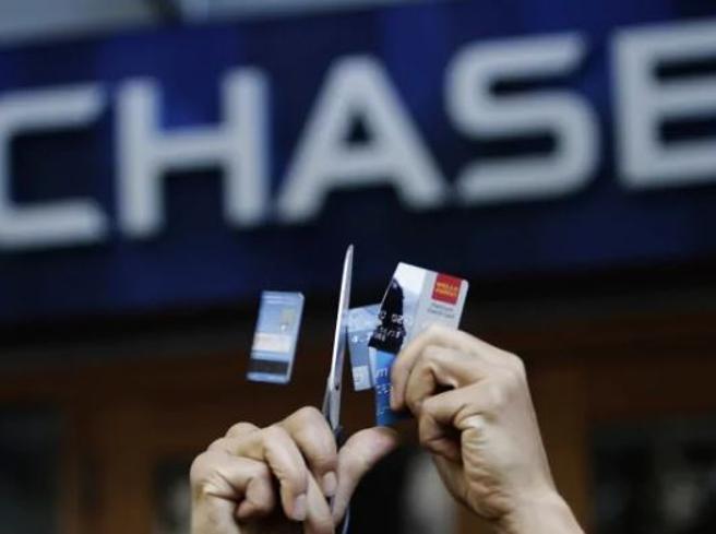 Banca chiude e cancella debiti dei clienti: