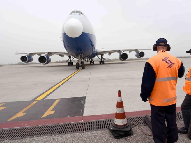 Guasto sul volo Sharm-Napoli, atterraggio d'emergenza: terrore per 122 italiani