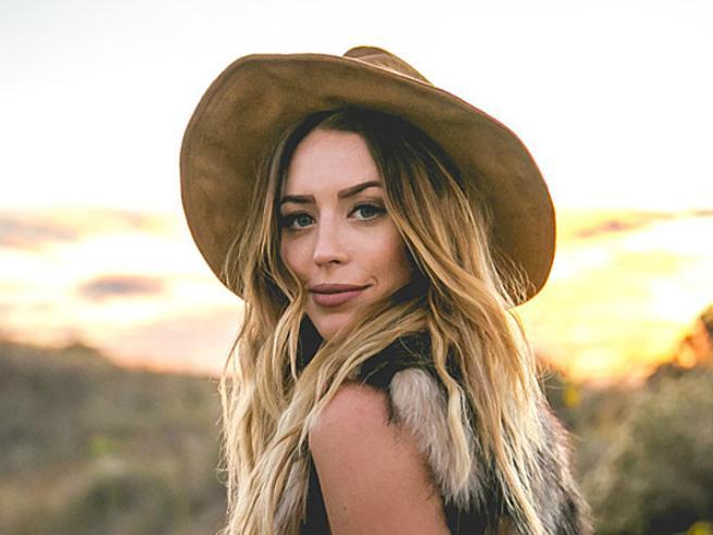 La cantante country Kylie Rae Harris morta in un incidente stradale