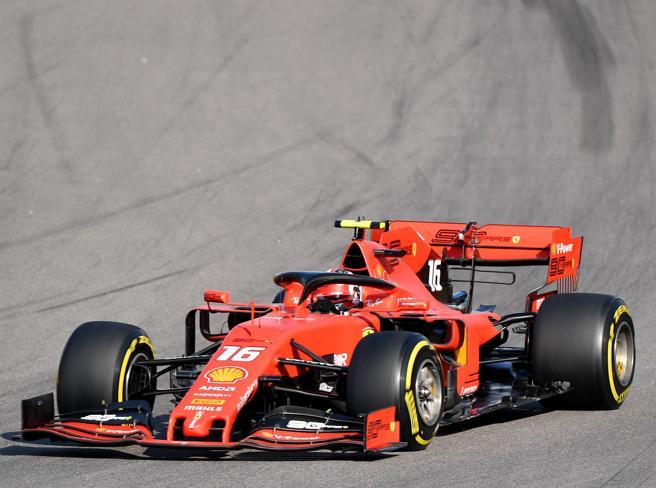 Beffa Ferrari a Sochi, doppietta Mercedes. Leclerc terzo