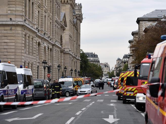 Attacco nella prefettura di Parigi nuova ricostruzione confermata la pista jihadista