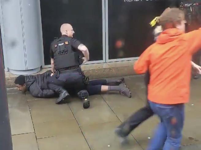 Un uomo ha accoltellato cinque persone a Manchester