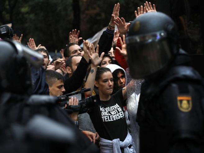 Barcellona, non si ferma la rabbia indipendentista: nuova notte di scontri