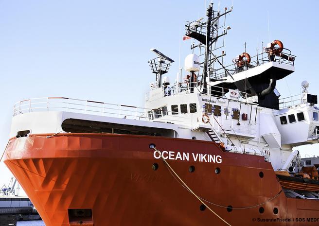 Migranti, Ocean Viking sbarca a Pozzallo: l'attacco di Salvini