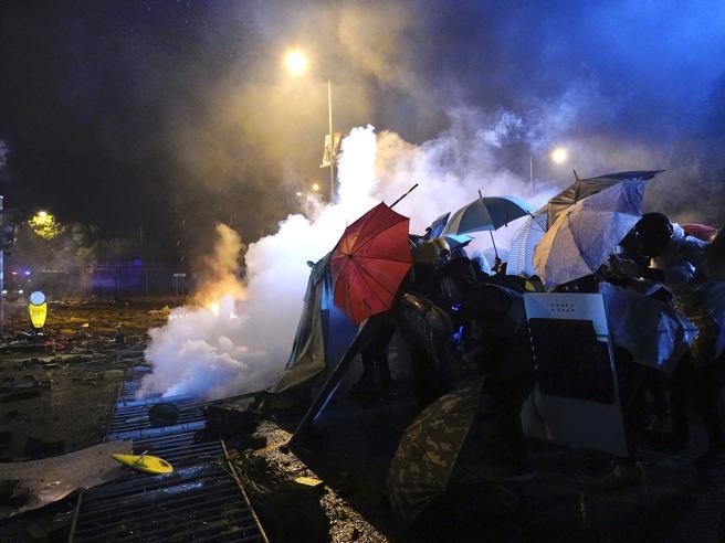 Hong Kong - Polizia entra nel politecnico occupato, oltre 100 arresti