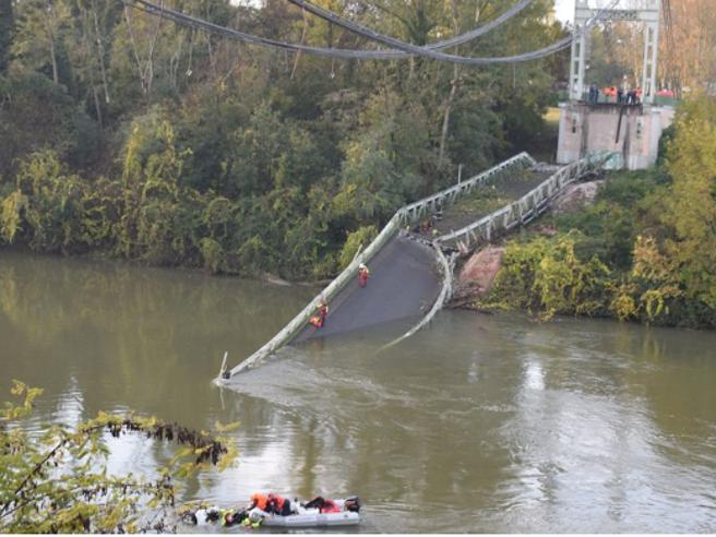 Crolla un ponte in Francia, morta una quindicenne, 9 feriti, 2 gravi