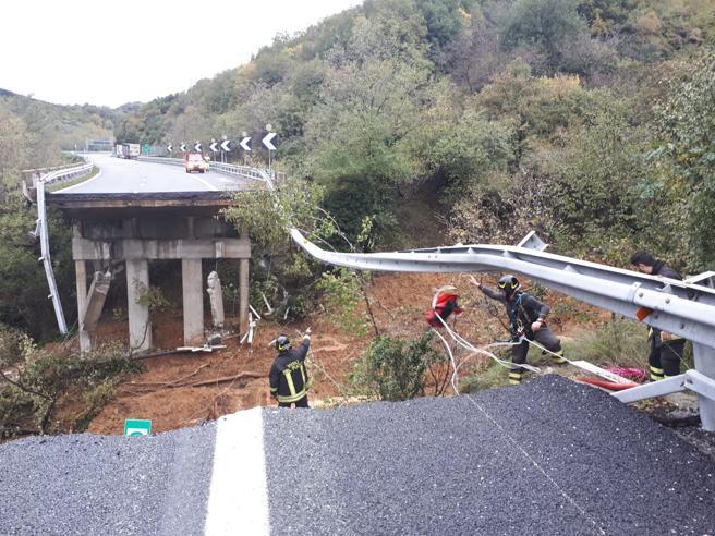 Frana la montagna, crolla un viadotto sull'autostrada Torino-Savona