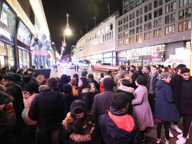 L'Aja come Londra: tre feriti e un uomo in fuga