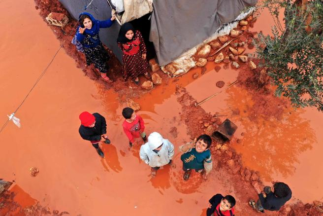 Bombardamento in Siria, 5 bambini uccisi in raid su Idlib