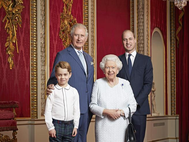 Gb, per nuovo decennio foto di Elisabetta con gli eredi al trono