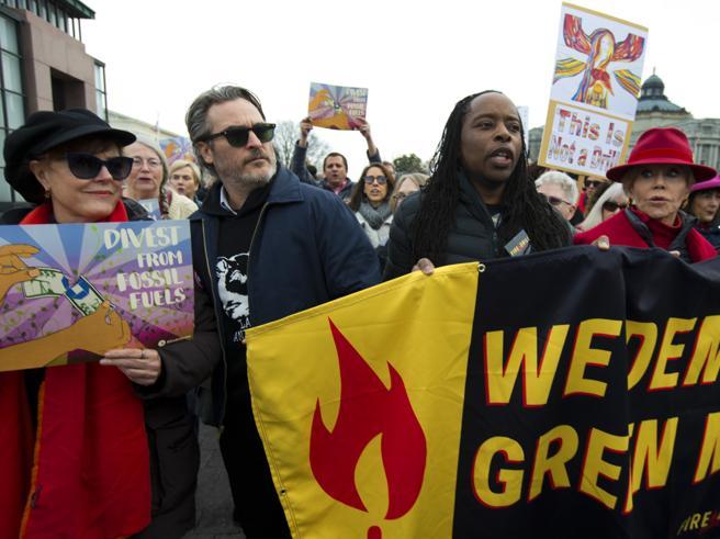 Joaquin Phoenix arrestato durante una protesta per l'ambiente