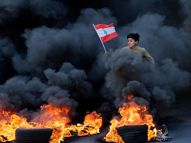 Scontri in Libano, quasi 400 feriti a Beirut dimensione font +