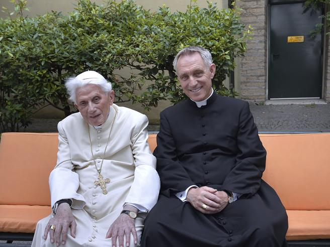 Papa Francesco manda in congedo Padre Georg