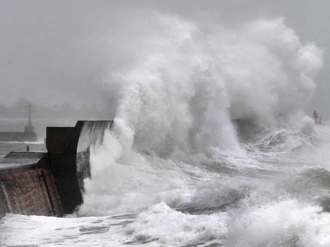 Allerta Meteo Europa - Tempesta Ciara paralizza l'Europa. Treni e voli cancellati